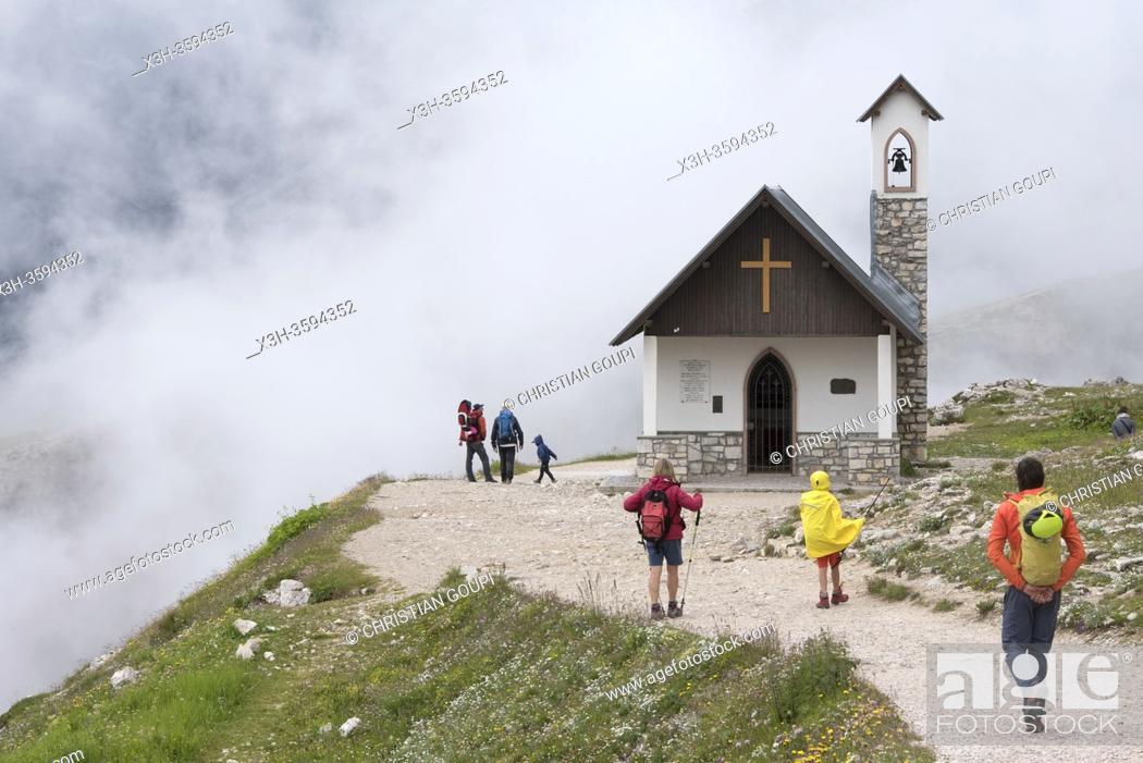 Stock Photo: Cappella degli Alpini dans la brume, Parc naturel des Tre Cime (Drei Zinnen), Dobbiaco, Region du Trentin-Haut-Adige, Tyrol du Sud, Italie.