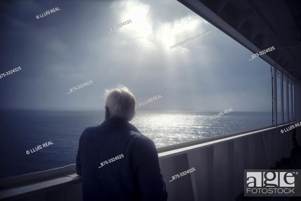 Imagen: A man from behind on the deck of a boat looking at the sea. Mediterranean Sea,.