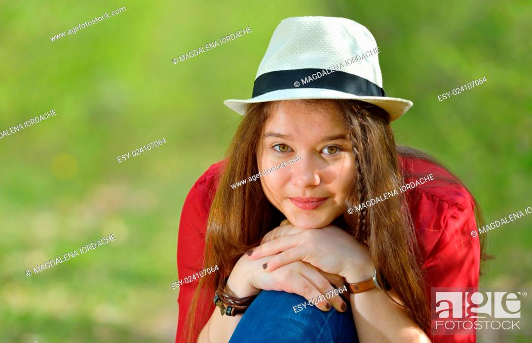 Imagen: Portrait of the beautiful girl outdoor on spring day.