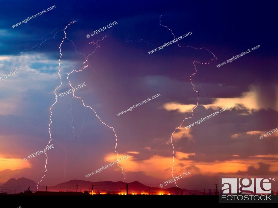 Imagen: Three bolts of lightning striking near the Palo Verde Nuclear Station in Wintersburg Arizona during the 2012 Monsoon season, Arizona, United States of America.