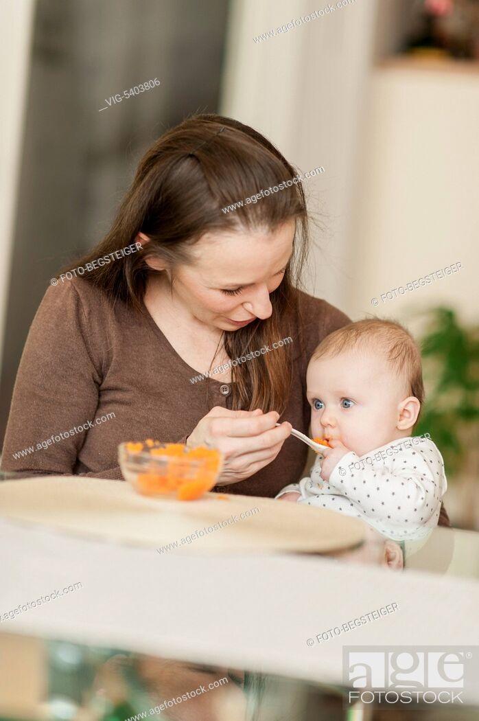 Imagen: mother feeding baby child, 6 month - 11/02/2016.