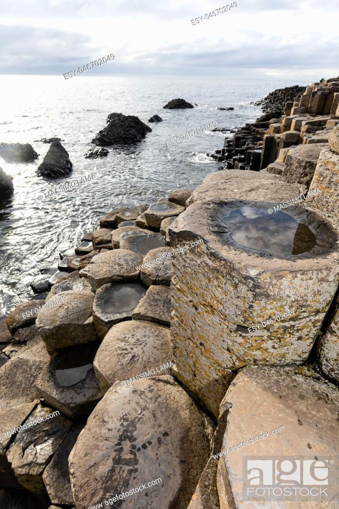 Imagen: The Giant's Causeway is an area of about 40, 000 interlocking basalt columns, the result of an ancient volcanic eruption.