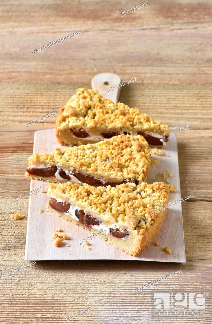 Photo de stock: Plum crumble cake with sour cream.