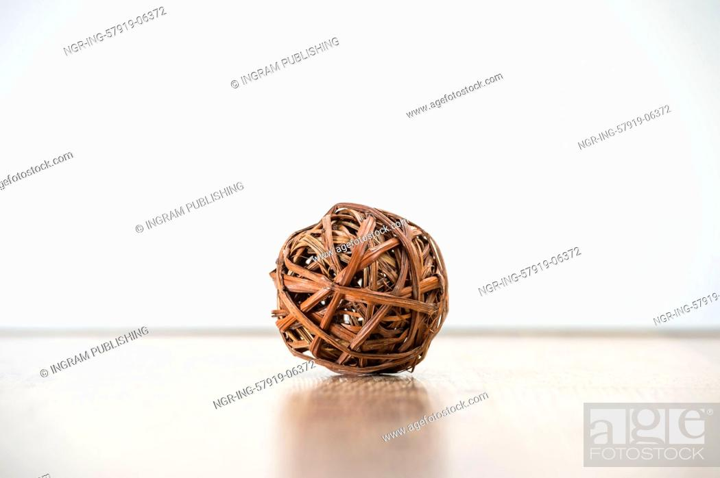 Imagen: Tangled single wooden old knot sphere. Depression and crisis concept.