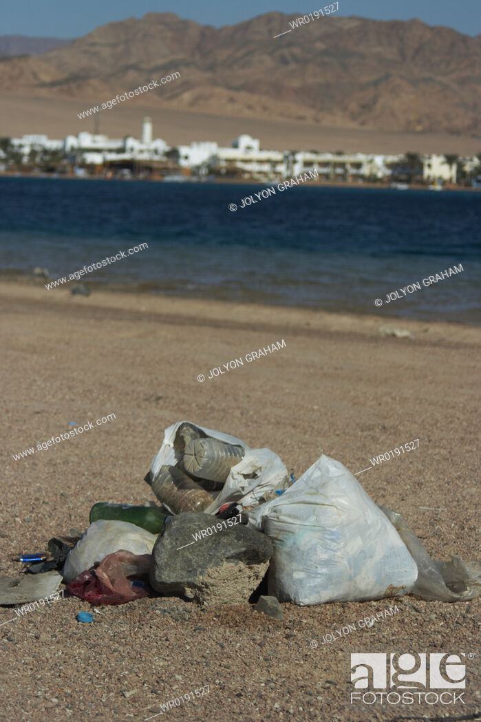 Imagen: Plastic and glas bottles just left on the beach after a night time party Dahab Egypt.