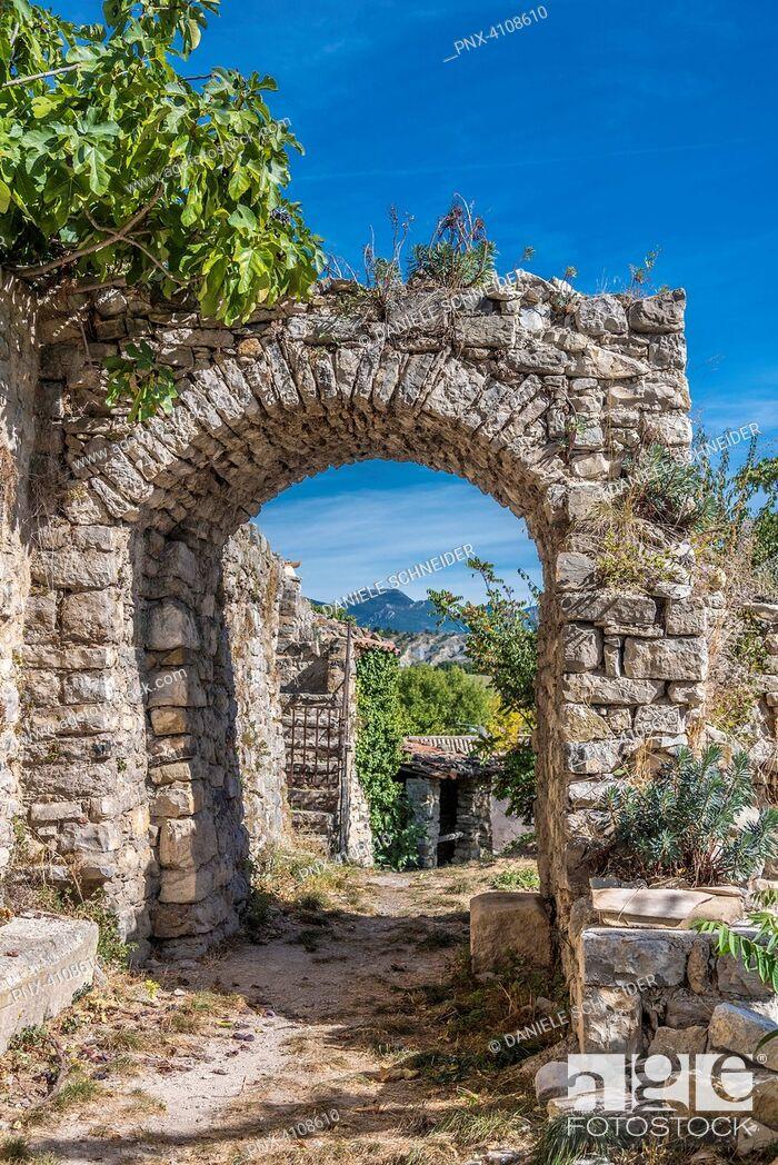 Imagen: France, Drome, The Provencal Baronnies Regional Natural Park, Saint Jalle village, medieval ruins.
