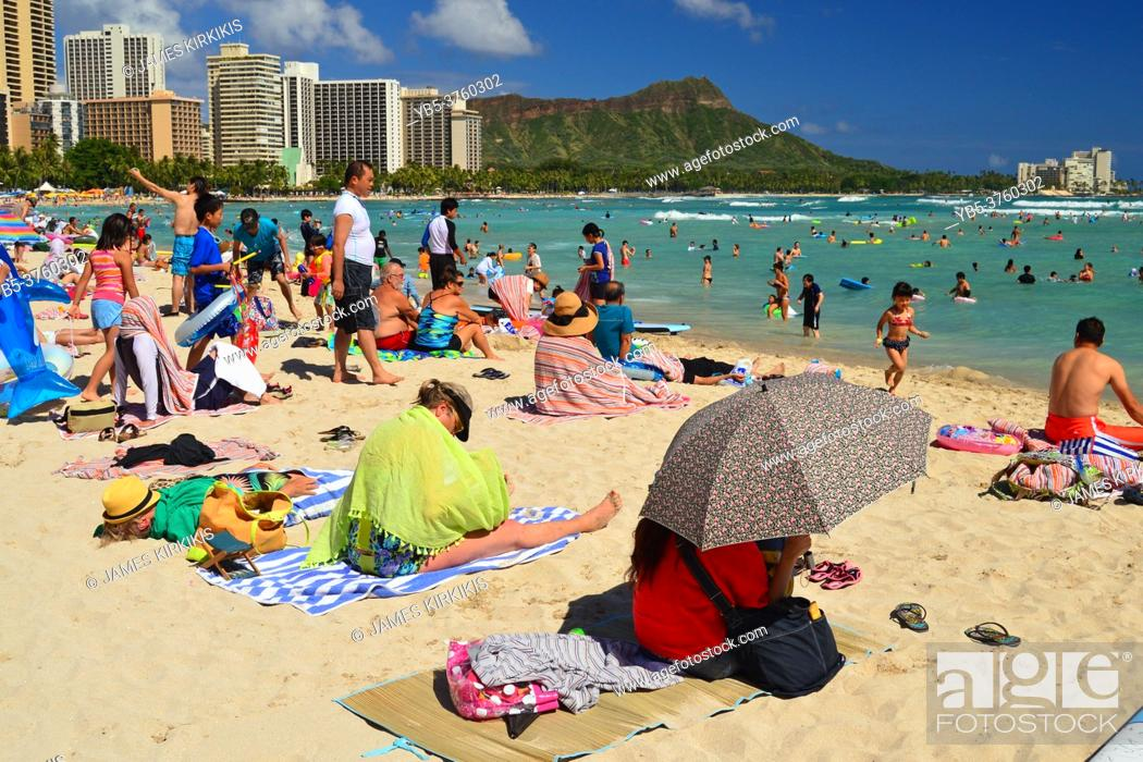 Imagen: Sunbathers take up nearly all of the available sand at Waikiki Beach in Hawaii.