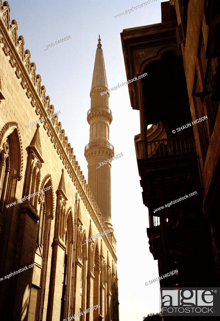 Imagen: Minaret of Mosque Sayyidna Al Hussein in Khan Al Khalili in Cairo in Egypt in North Africa.