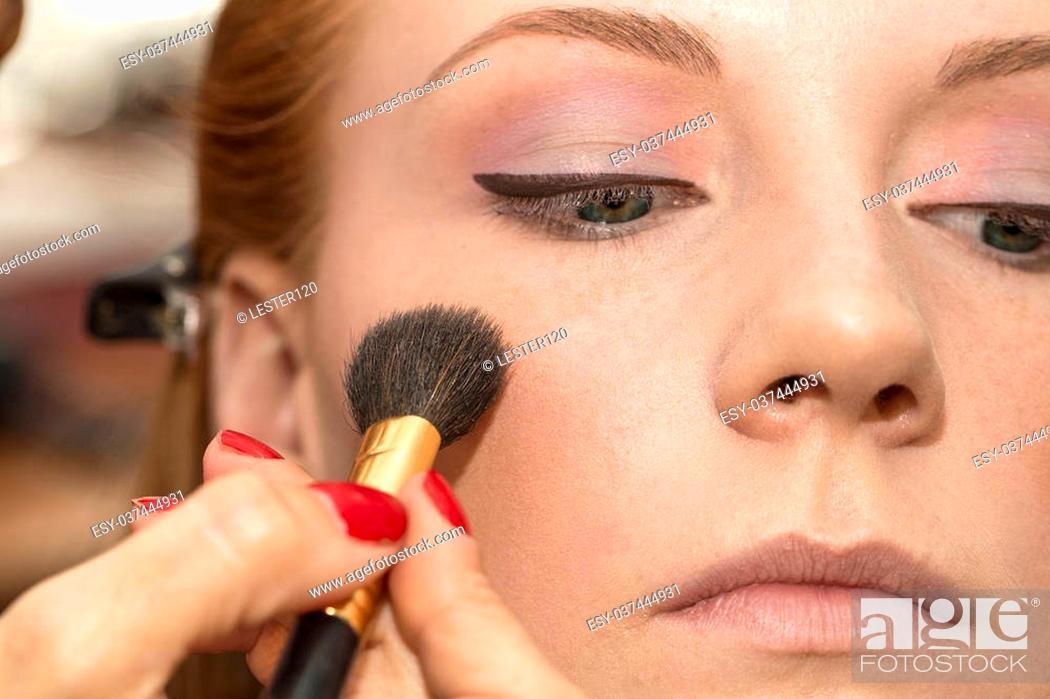 Imagen: girl doing makeup in the salon.