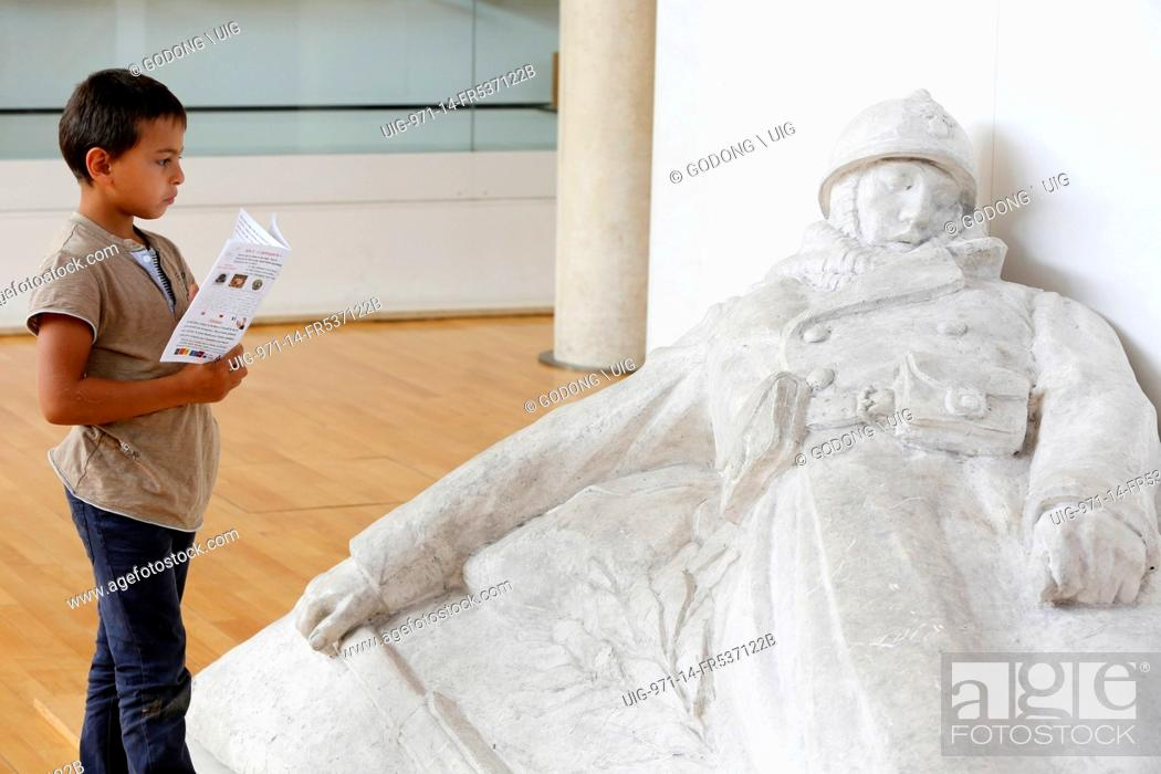 Imagen: 7-year-old schoolboy looking at a sculpture by Emile Pinchon at the Historial de la grande guerre museum, Peronne, Somme.