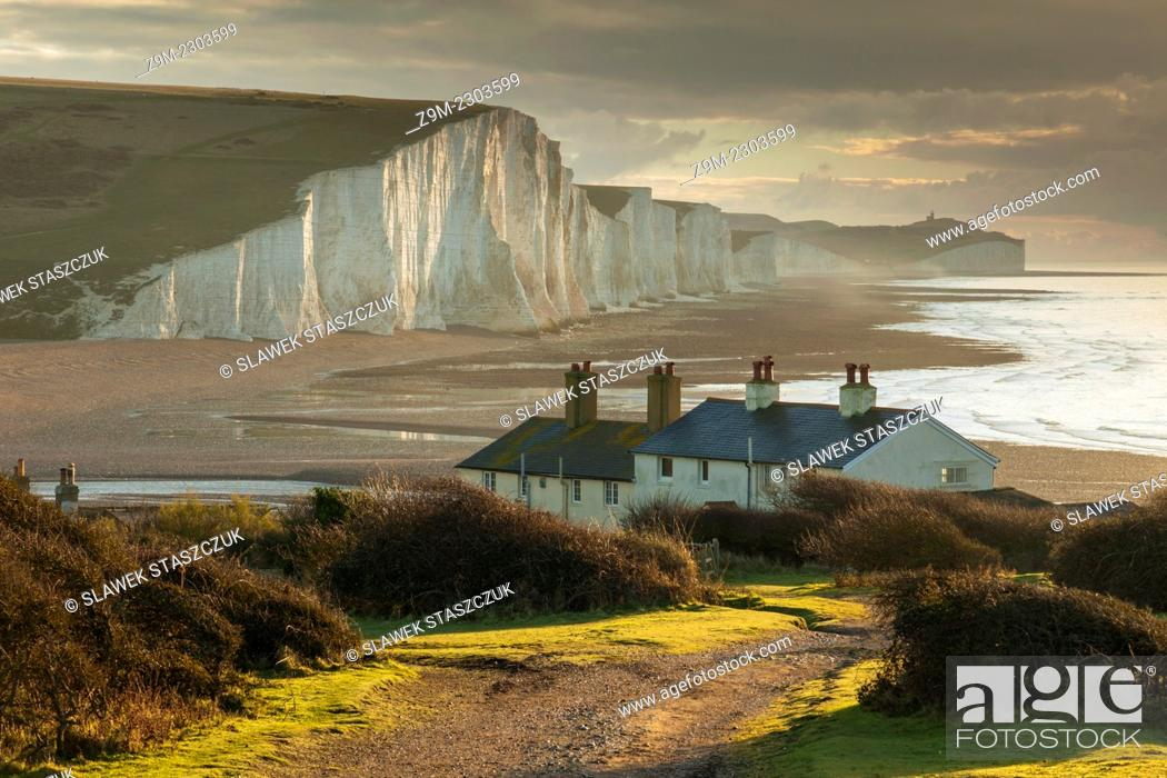 Imagen: Early winter morning at Coastguard Cottages and Seven Sister cliffs, East Sussex, England.