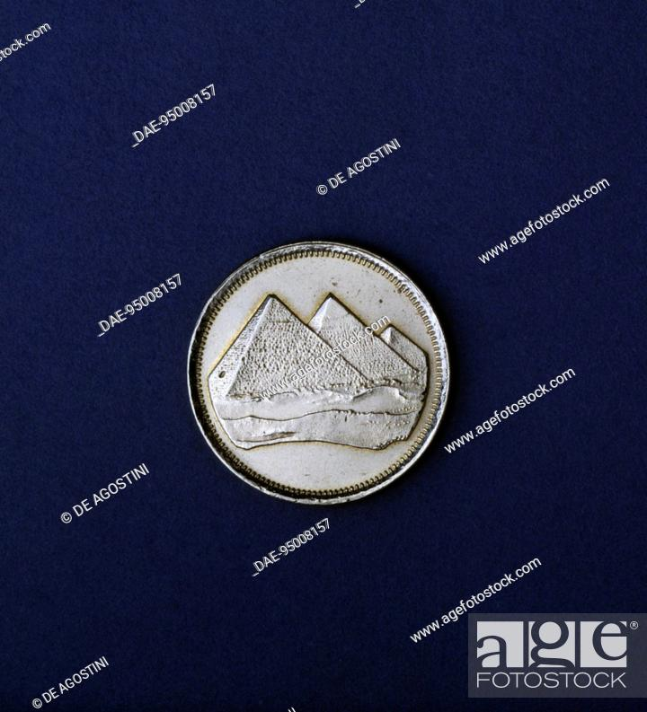 Imagen: 1 piastre coin, reverse with the three pyramids of Giza. Egypt, 20th century, Egypt.