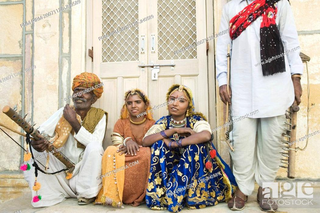 Imagen: Folk dancers sitting in front of a building, Jaisalmer, Rajasthan, India.
