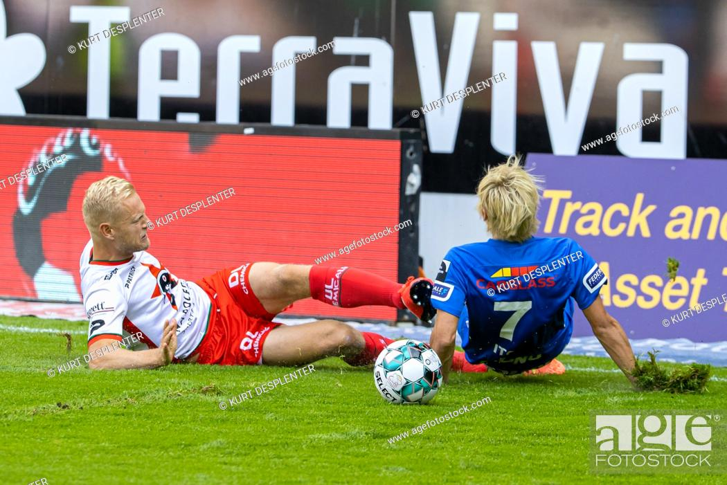 Imagen: Genk's Junya Ito and Essevee's Olivier Deschacht fight for the ball during the Jupiler Pro League match between SV Zulte Waregem and KRC Genk, in Waregem.