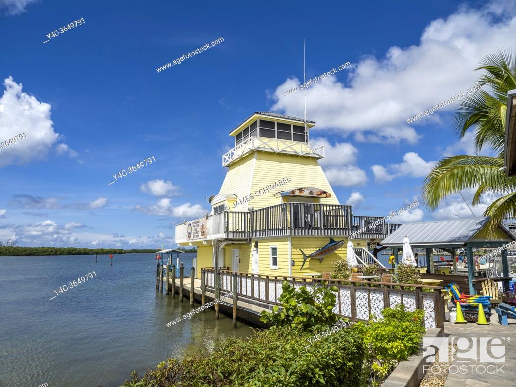 Imagen: Stump Pass marina lighthouse at the Lighthouse Grill on Lemon Bay in Grove Coty Florida.