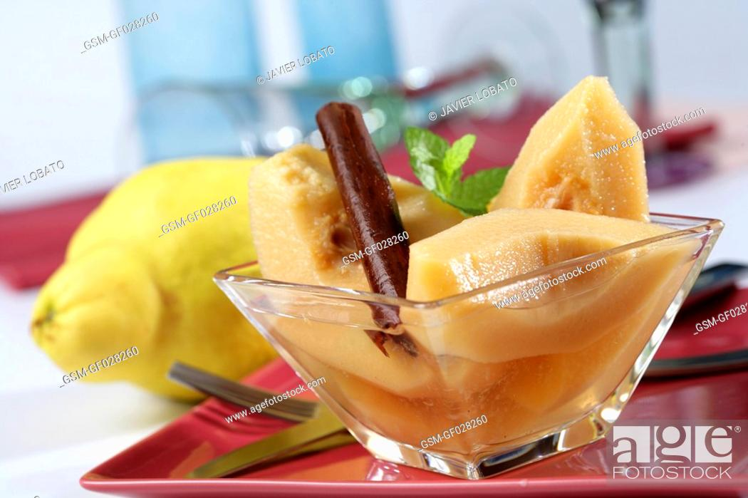 Imagen: Quince boiled with syrup and cinnamon.