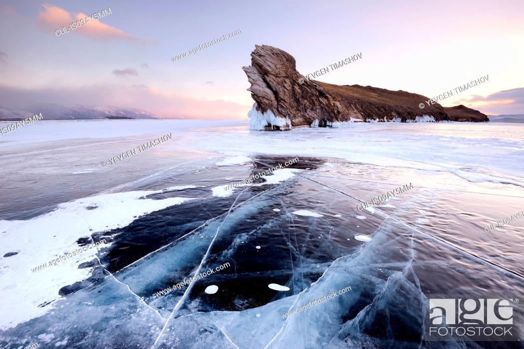 Imagen: Frozen ice and Ogoy Island on Baikal Lake, Olkhon Island, Siberia, Russia.
