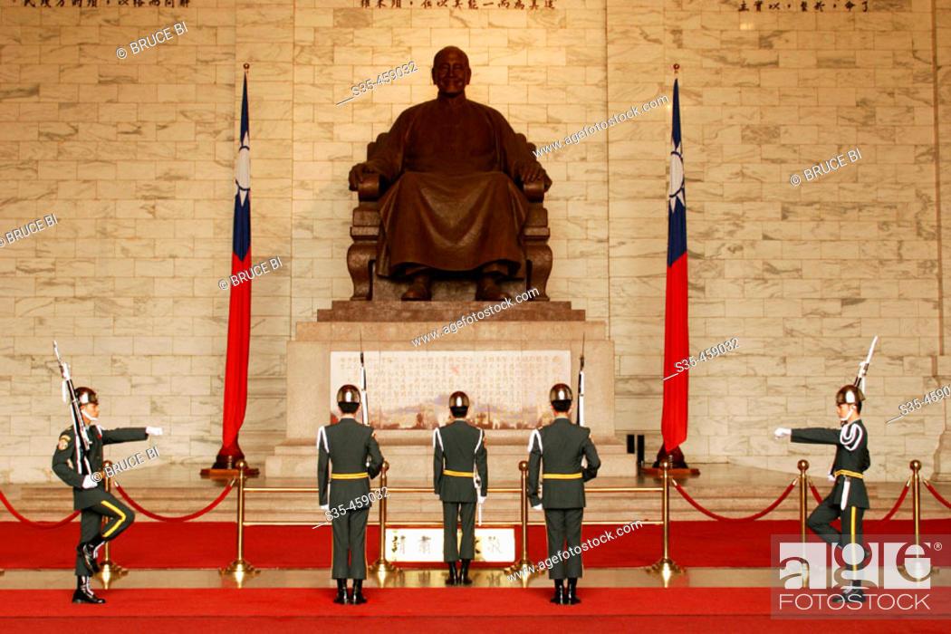 Imagen: Changing the guard at Chiang Kai Shek Memorial with Chiang Kai Shek's statue in the background, Taipei, Taiwan.