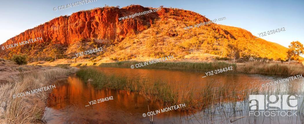 Imagen: Dawn reflection on billabong, Finke River panorama, Glen Helen Gorge, MacDonnell Ranges, Northern Territory, Central Australia.