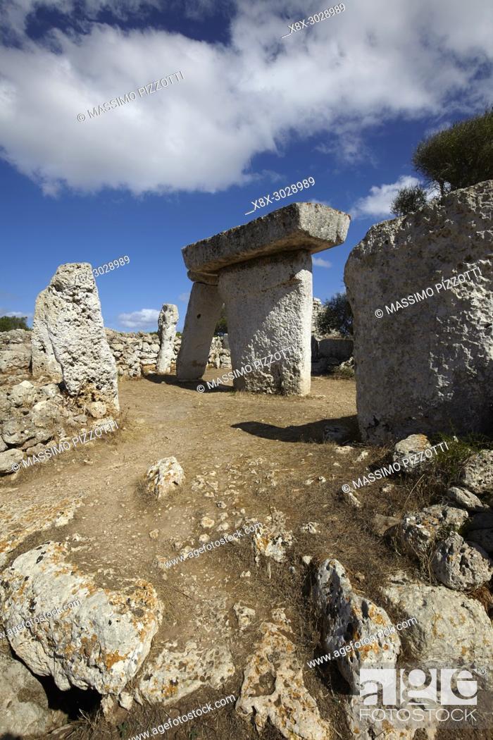 Imagen: The megalithic monolith stones in the Talatí de Dalt settlement, Minorca, Balearic Islands, Spain.