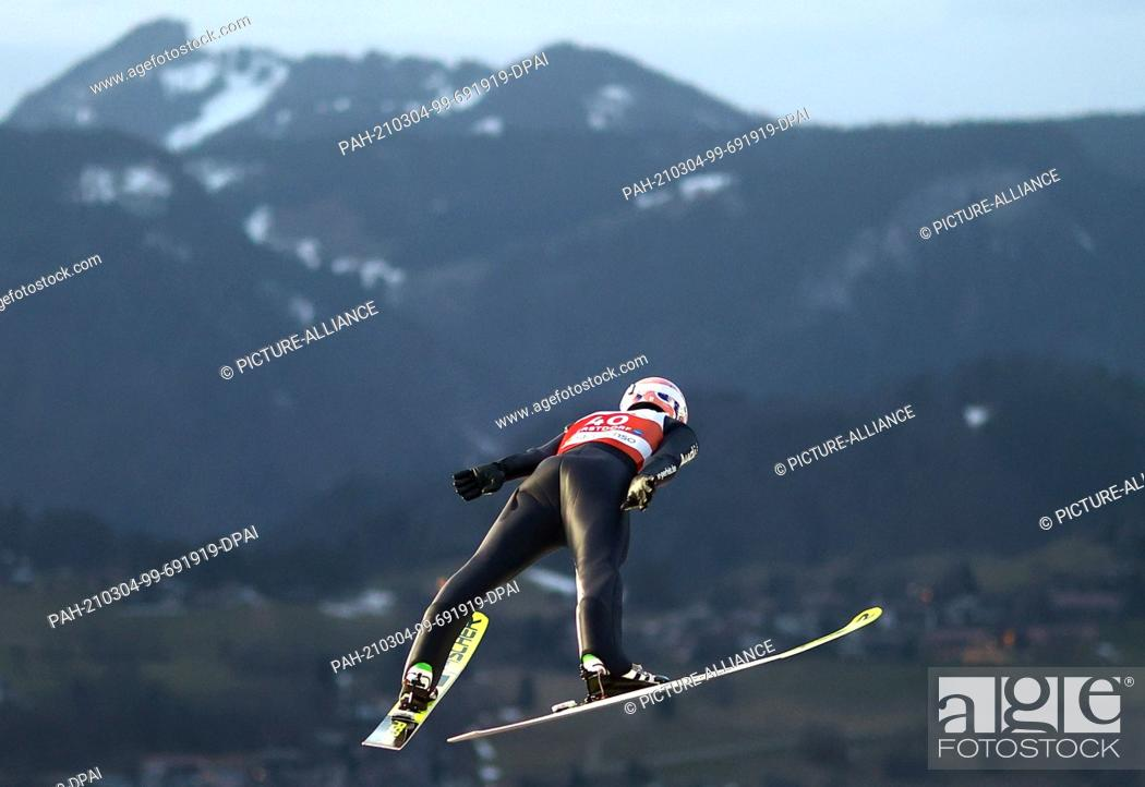 Imagen: 04 March 2021, Bavaria, Oberstdorf: Nordic skiing: World Championships, Ski jumping - large hill, men, qualification. Severin Freund from Germany in action.