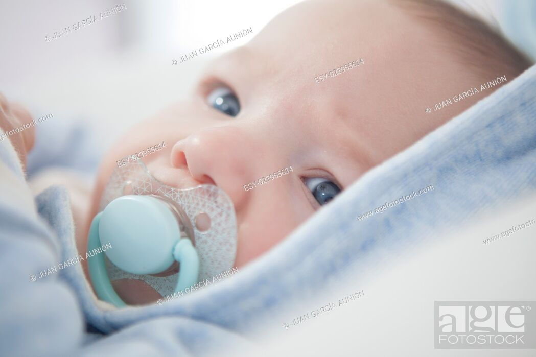Imagen: Portrait of a four months old baby with pacifier. Selective focus.