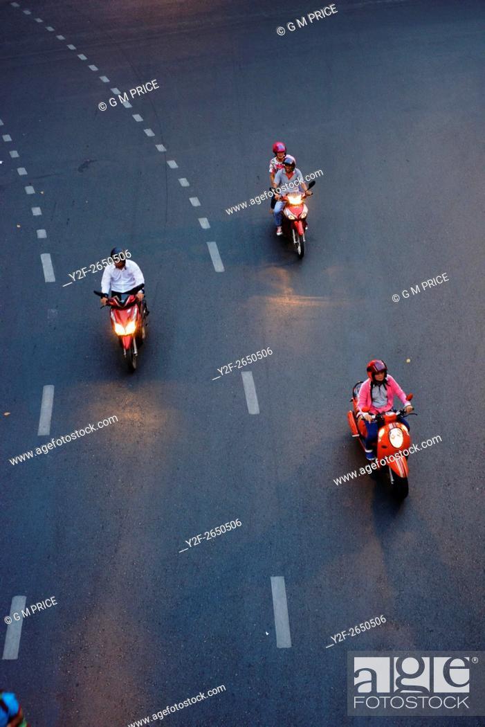 Imagen: motor cycles take a turn near Silom, Bangkok.
