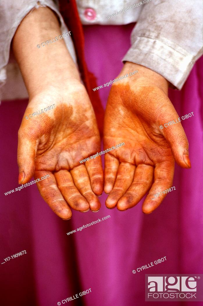 Stock Photo: Uighur girl with henna hands, Kashgar, Xinjiang province, China.