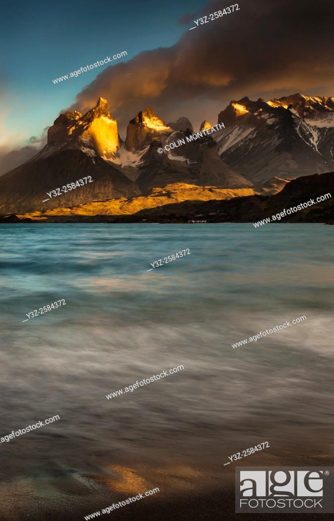 Imagen: Cuernos del Paine at dawn, Lago Pehoe, Parque Nacional Torres del Paine, Patagonia, Chile.
