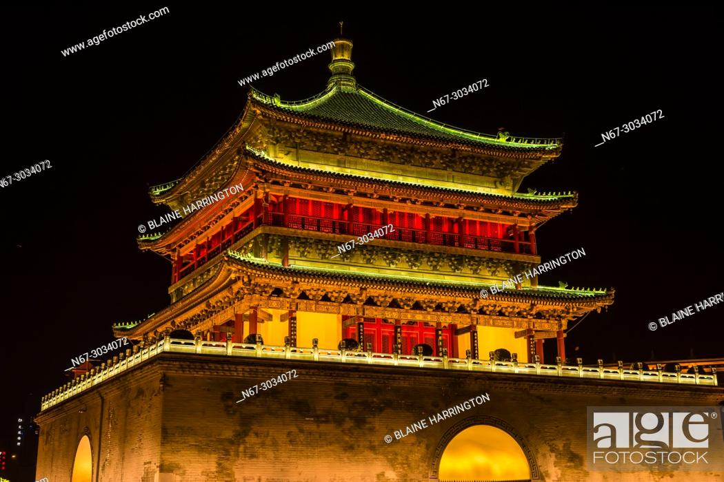 Photo de stock: The Bell Tower, built in 1384 during the early Ming Dynasty, is a symbol of the city of Xi'an and one of the grandest of its kind in China.