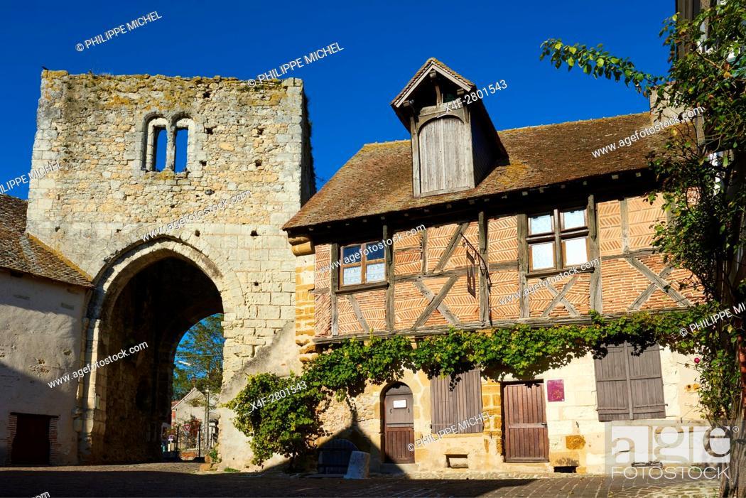 Imagen: France, Loir-et-Cher, Mennetoue sur Cher, fortified gate.