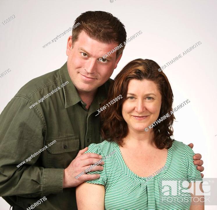 Imagen: Loving married heterosexual couple posing for portrait.