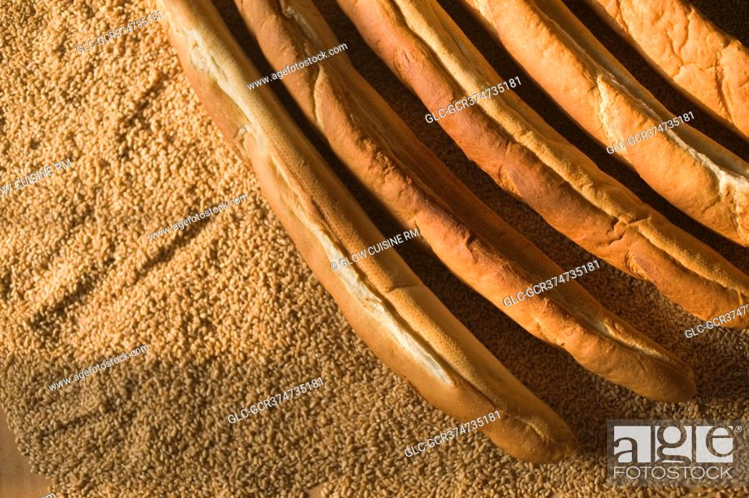 Imagen: Close-up of baguettes with sesame seeds.