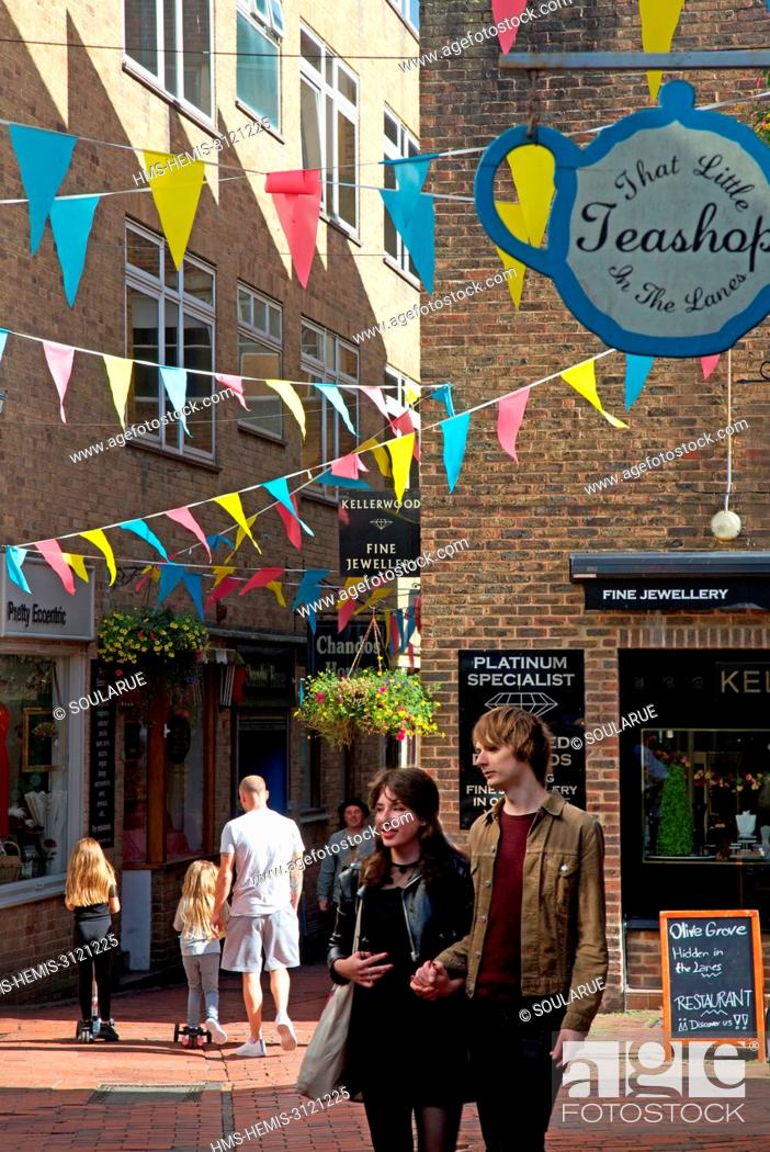 United Kingdom, Sussex, Brighton, young couple in an shopping alley