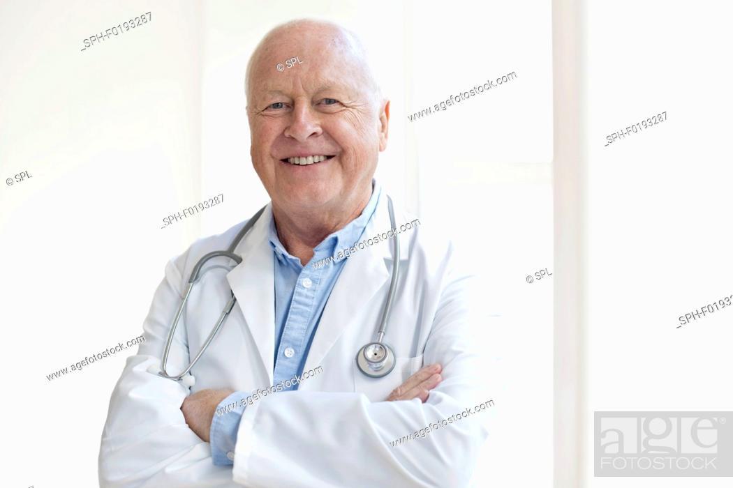 Imagen: Senior male doctor smiling towards camera.