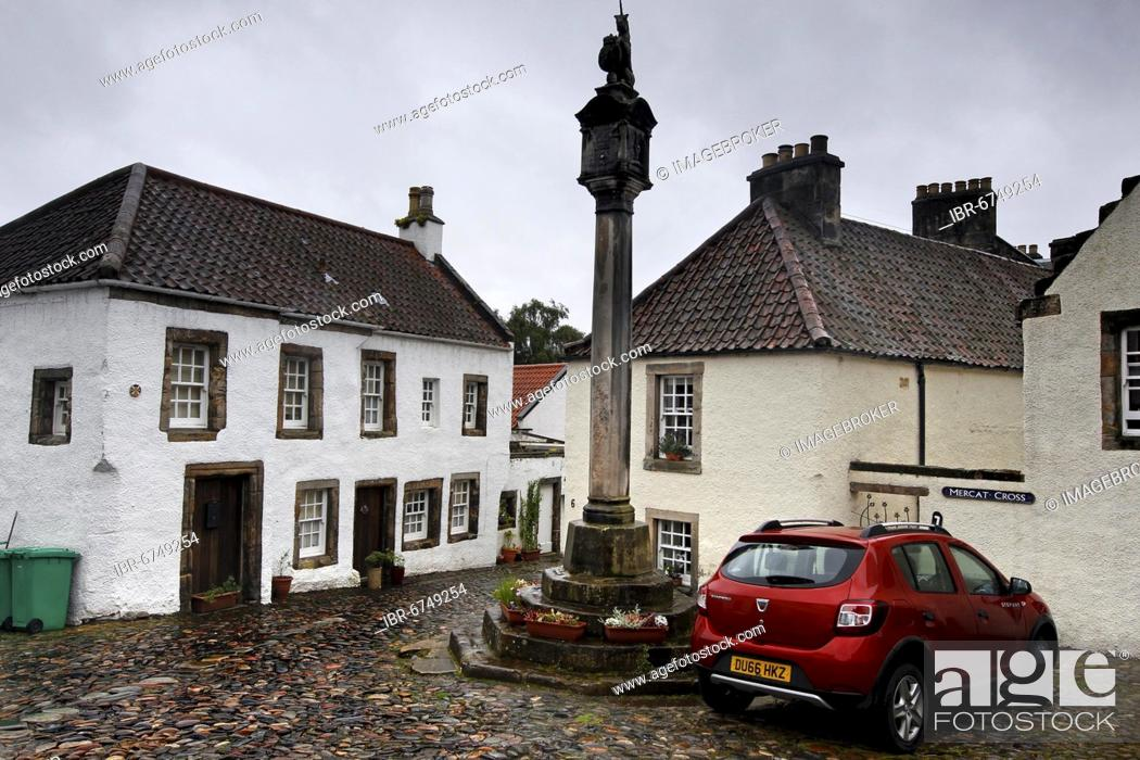 Stock Photo: Market Cross, Mercat Cross, market place, historic houses, whitewashed, filming location Oulander Cranesmuir, Culross, Dunfermline, Fife, Firth of Forth.