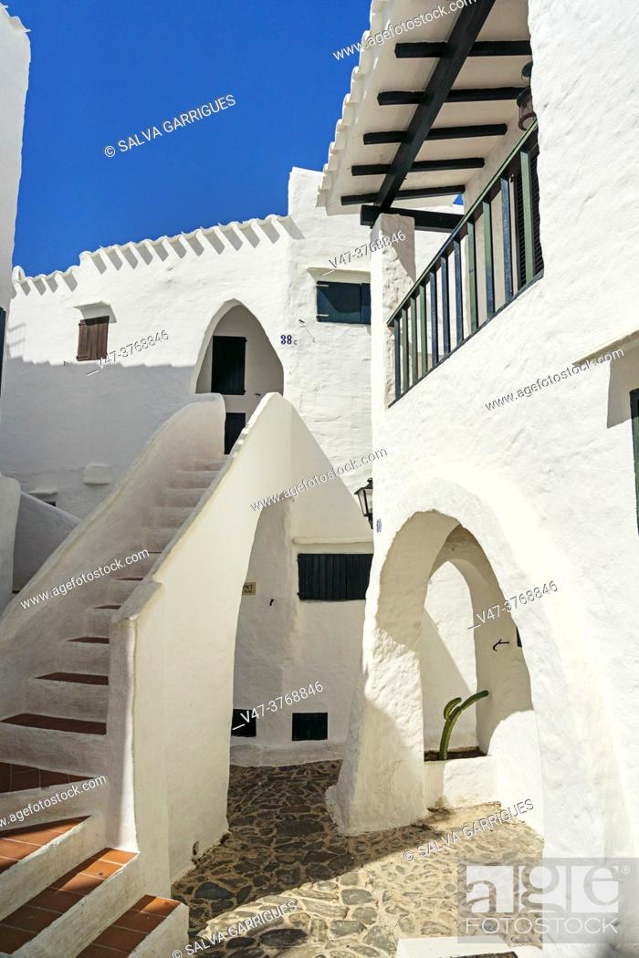 Imagen: Binibeca Vell is the busiest fishing village on the island of Menorca, due to its white and whitewashed houses, and its narrow streets forming a labyrinth.