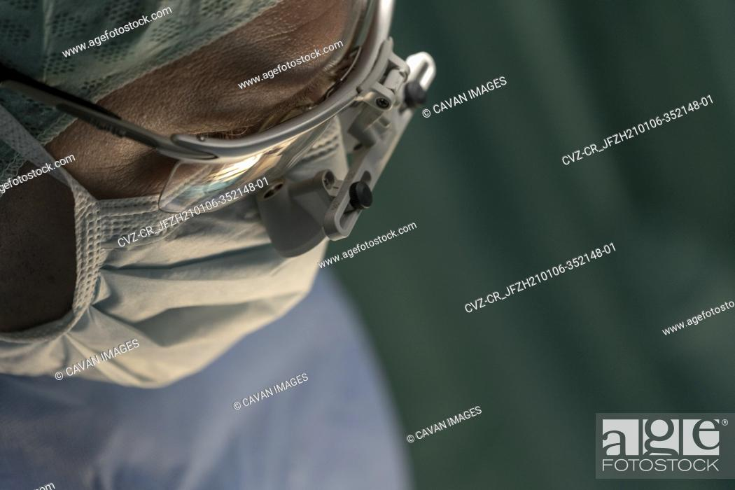 Imagen: close up image of a surgeon's loupes in the operating room.