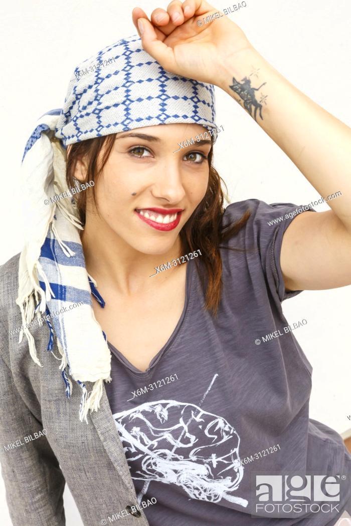 Imagen: Portrait of young woman smiling.