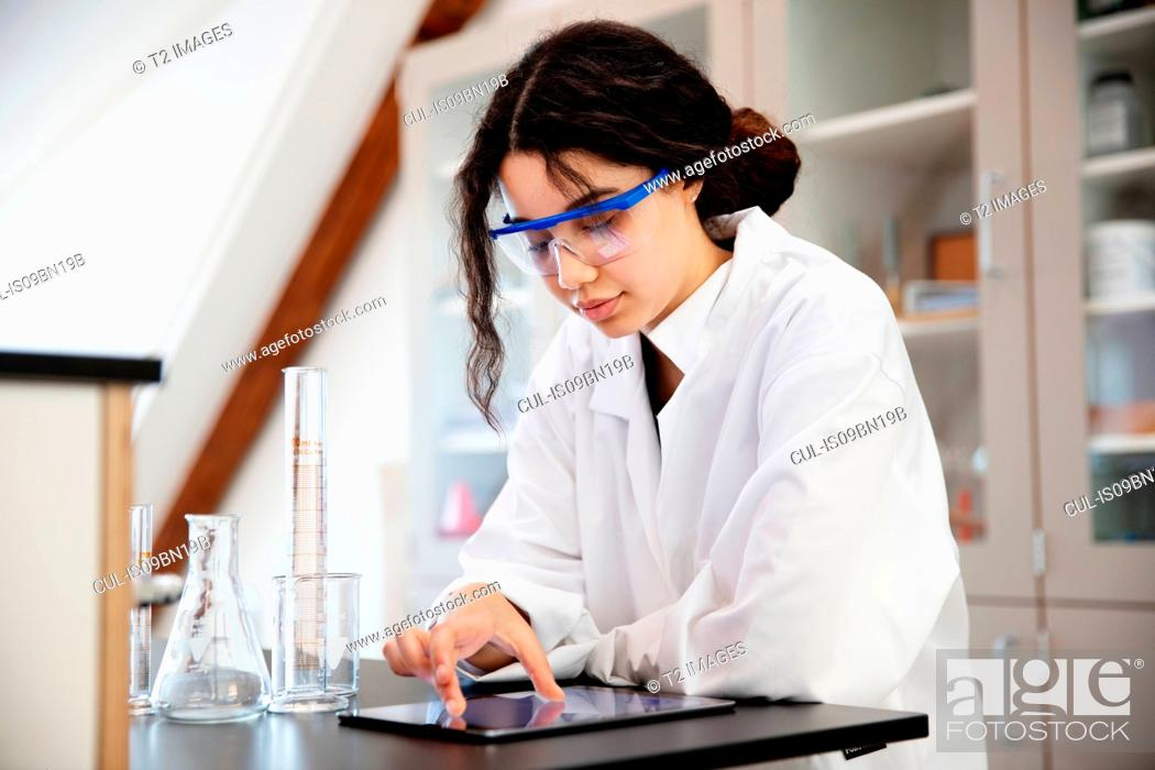 Imagen: Student using digital tablet in laboratory.