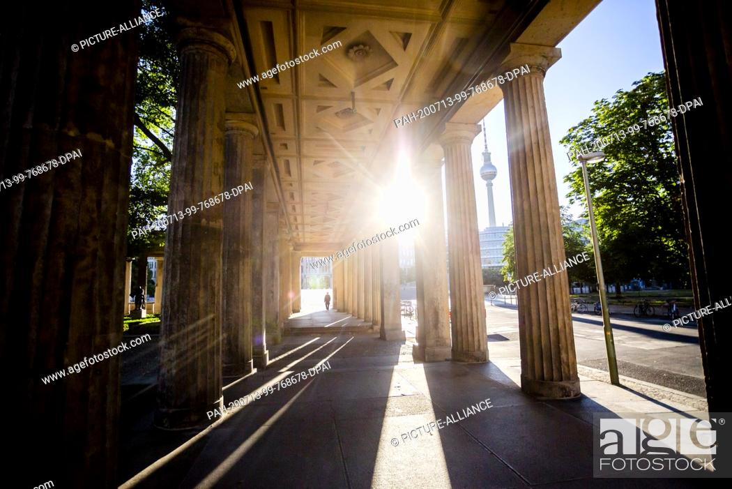 Imagen: 13 July 2020, Berlin: The sun rises behind a colonnade at the Kolonnadenhof on the Museum Island and the Berlin television tower.