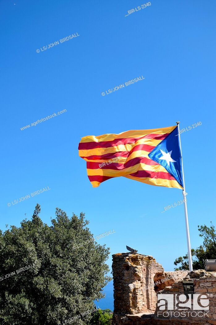 Imagen: Catalonia, Spain Sep 2017. Catalan flag on top of Begur Castell. On 1 October Catalans will go to the polls to vote in a referendum on whether to secede from.