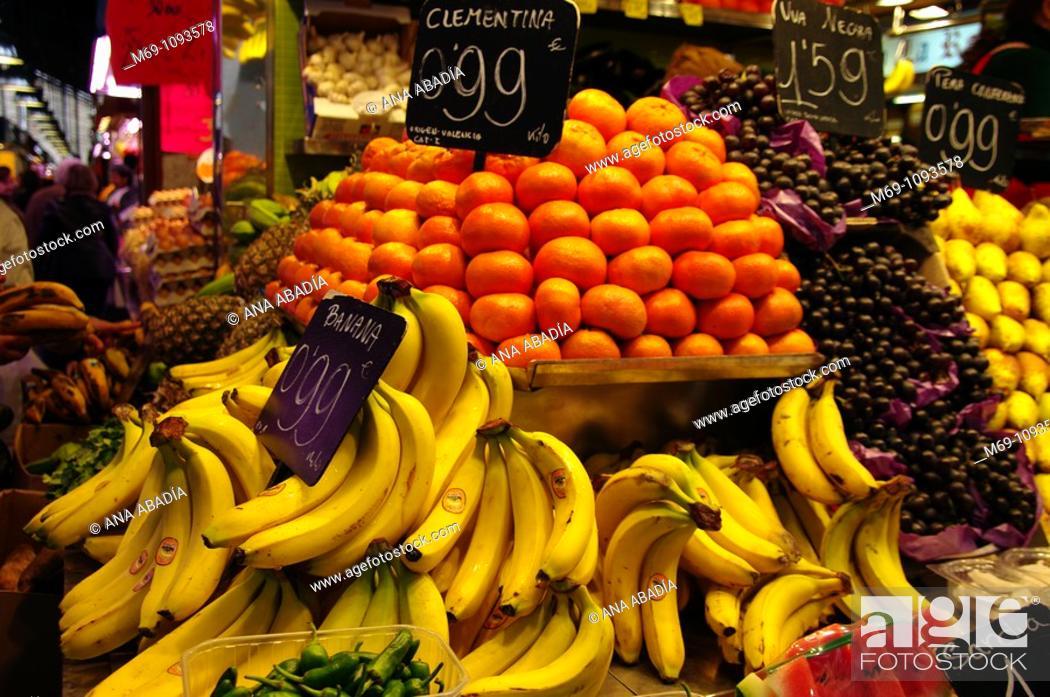 Stock Photo: Venta de fruta en el Mercado de Sant Josep, La Boqueria, Barcelona.