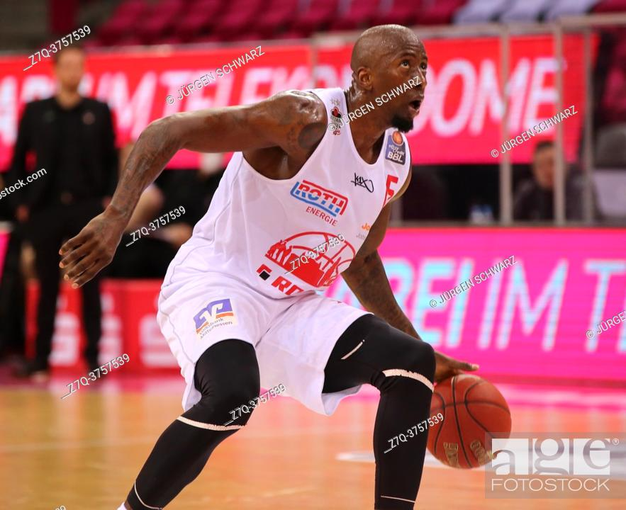 Imagen: Bonn, Germany, 23. 12. 2020, Telekom Dome, Basketball Bundesliga, Telekom Baskets Bonn vs Jobstairs Giessen 46ers: Brandon Bowman (Giessen) controls the ball.