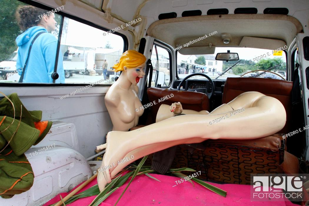 Imagen: one female mannequin in the back of a car.