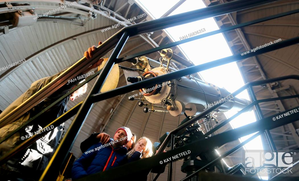 Imagen: Students and adults look at the solar eclipse through a telescope in the Insulaner Observatory inBerlin, Germany, 20 March 2015.