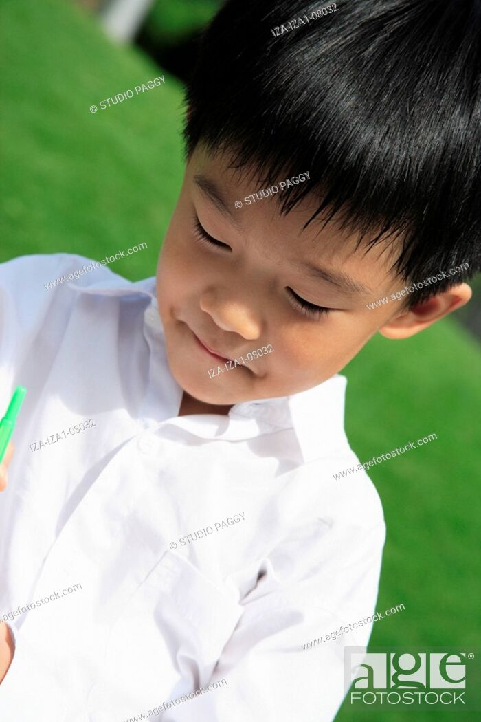 Imagen: Close-up of a boy holding a bubble wand.