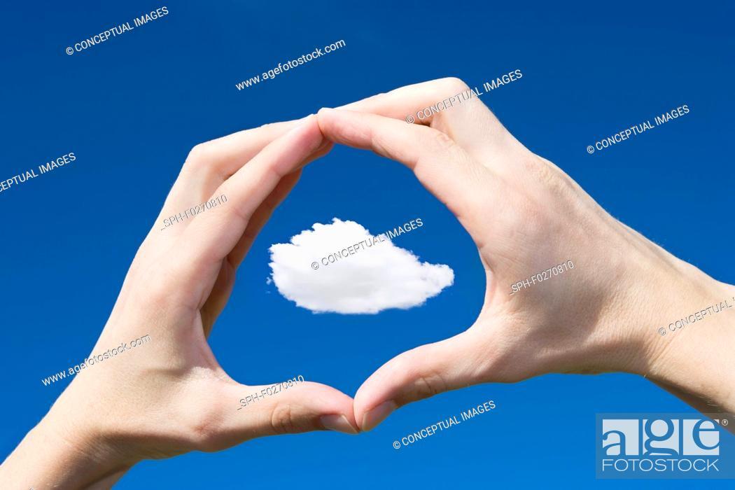 Imagen: Cloud framed in hands.