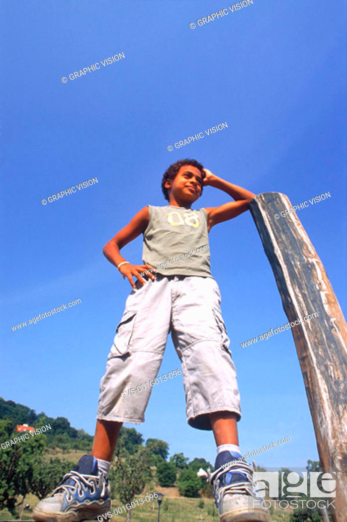 Imagen: Boy leaning on a pole with a hand on his waist.