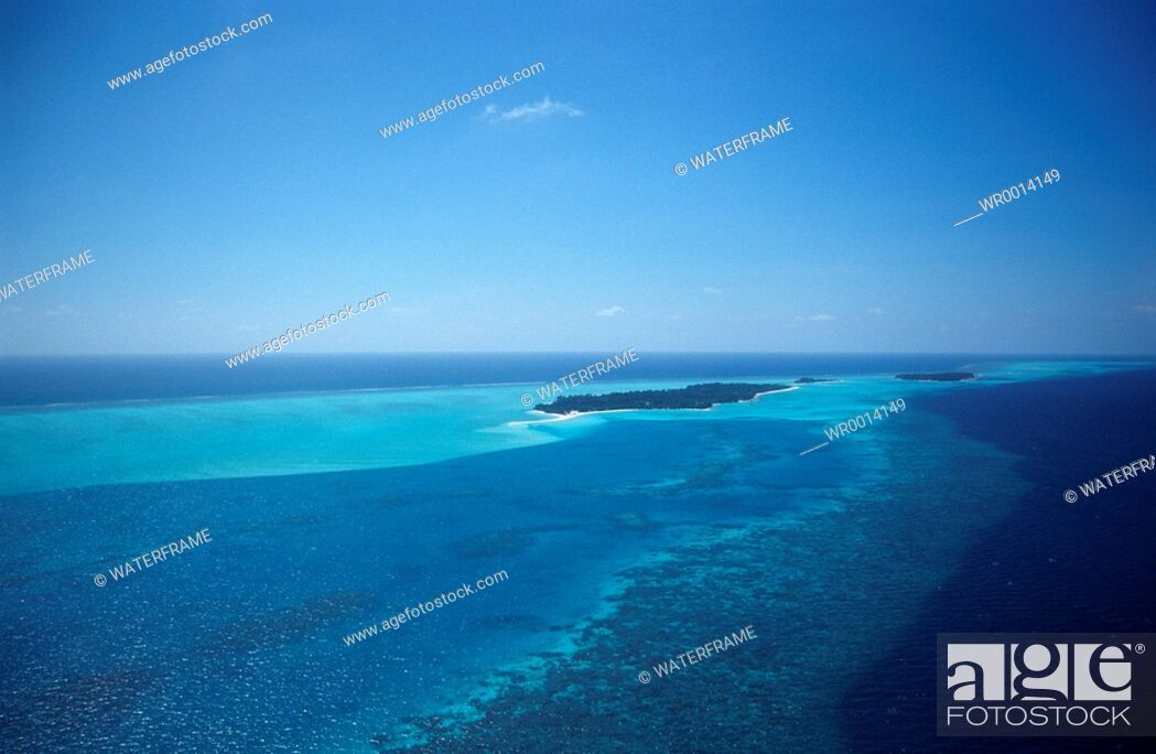 Imagen: Aerial view Maldives Islands, Indian Ocean, Maldives Island.